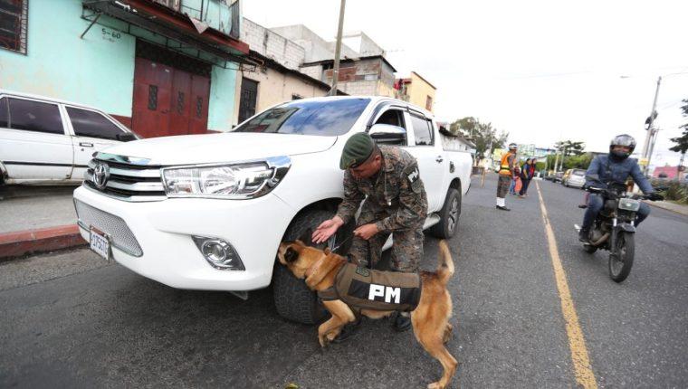 Puestos de revisión del Ejército y agentes de PNC. (Foto Prensa Libre: María Reneé Gaytán)