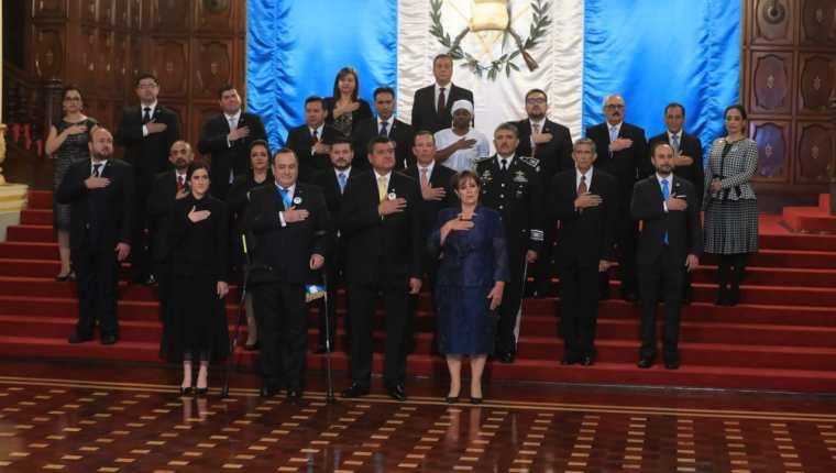 El presidente Alejandro Giammattei y su gabinete cuando recién iniciaba su gobierno. De este equipo al menos cuatro ministros ya fueron relevados. (Foto Prensa Libre: Hemeroteca PL)