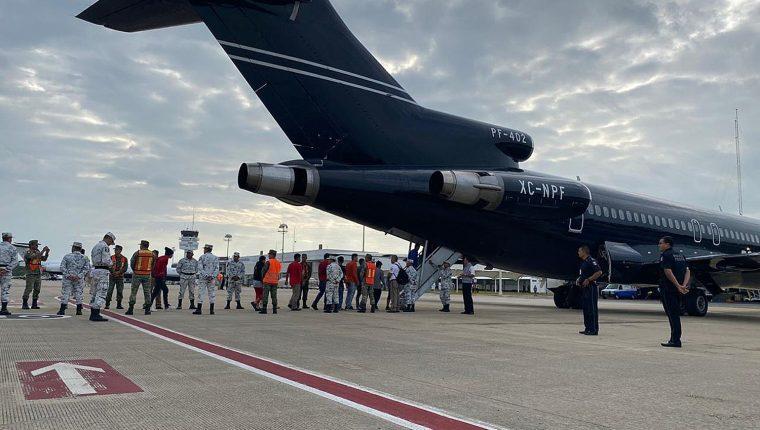Migrantes hondureños abordan un avión en Villahermosa, en el estado de Tabasco, México, para ser retornados a su país de origen. (Foto Prensa Libre: EFE)
