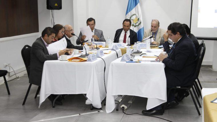Comisionados para integrar la nómina de aspirantes a magistrados del TSE en su reunión del 24 de enero 2020. (Foto Prensa Libre: Noé Medina)