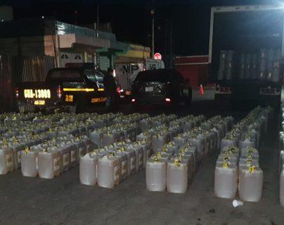 La Policía Nacional Civil encontró dentro del furgón de un camión 350 recipientes de aceite de cocina de contrabando. (Foto Prensa Libre: Mynor Toc)