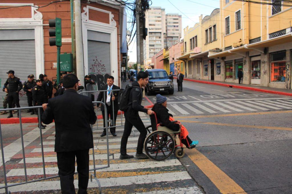 Los guatemaltecos que debían transitar  por las cercanías del Congreso y del Palacio Nacional de la Cultura tuvieron muchos problemas para hacerlo debido a los cierres. Foto Prensa Libre: Byron García