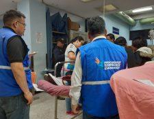 PDH verifica la atención médica y orientan a padres de familia de las presuntas víctimas para realizar las denuncias correspondientes ante el Ministerio Público. (Foto Prensa Libre: PDH)