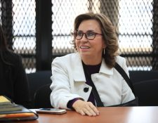 Sandra Torres, procesada por asociación ilícita y financiamiento electoral no reportado, sonríe al saber que recibirá el arresto domiciliario. (Foto Prensa Libre: Carlos Hernández)