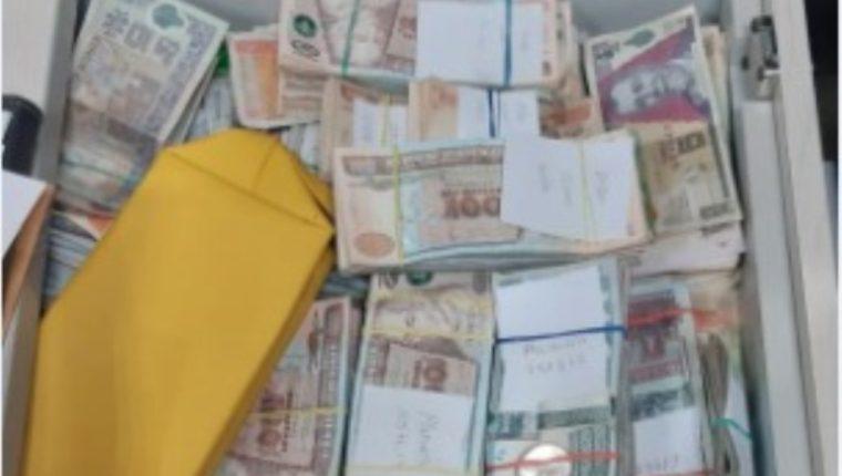 Parte del dinero que fue descubierto durante uno de los allanamientos. (Foto Prensa Libre: MP)