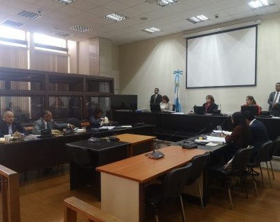 Exagentes de la PNC escuchan la decisión del Tribunal de Mayor Riesgo B en l que les concedió medidas sustitutivas. (Foto Prensa Libre: Fernando Cabrera)