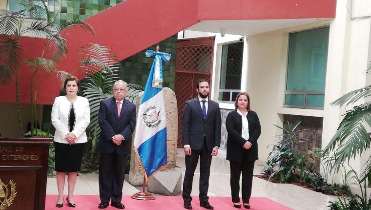 Los cuatro viceministros que fueron juramentados en el Ministerio de Relaciones Exteriores. (Foto Prensa Libre: Andrea Orozco)
