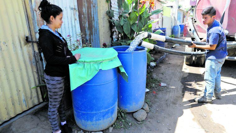 La falta de servicio de agua entubada es una de las principales demandas de los vecinos de la metrópoli y la provincia.(Foto Prensa Libre: Hemeroteca PL)