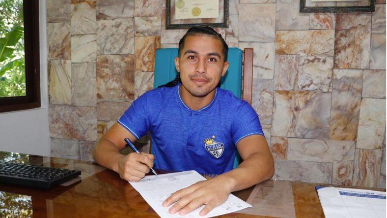 El salvadoreño Gerson Mayen en la firma del contrato. (Foto Prensa Libre: José Sierra)