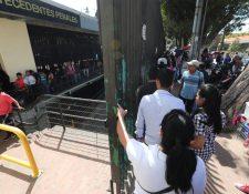 Decenas de usuarios hacen fila en la sede del OJ de la zona 9 para solicitar carencia de antecedentes penales. (Foto Prensa Libre: Erick Ávila)
