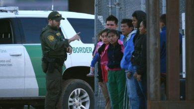 Guatemaltecos cuidan a otros guatemaltecos en las cortes de inmigración