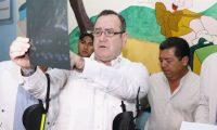 El presidente Giammattei  durante su visita al hospital de Antigua Guatemala. La aprobación a la gestión que el mandatario ha hecho de la crisis va en descenso. (Foto Prensa Libre: Hemeroteca PL)