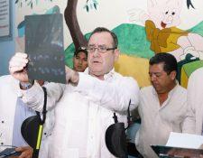 El presidente Giammattei  durante su visita al hospital de Antigua Guatemala. (Foto Prensa Libre: Gobierno de Guatemala)