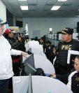 El presidente Alejandro Giammattei y el ministro de Gobernación, Édgar Godoy, durante su visita a la Comisaría 16 de la PNC. (Foto Prensa Libre: @DrGiammattei)