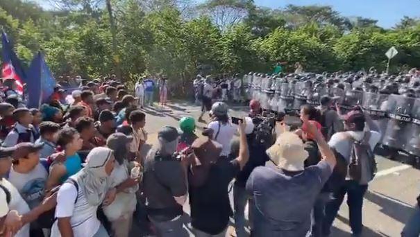 Guardia Nacional mexicana frena el paso de la caravana migrante en Ciudad Hidalgo