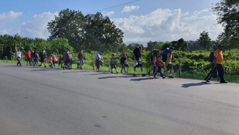Un grupo de hondureños camina por Entre Ríos,  Puerto Barrios, Izabal. (Foto Prensa Libre: Dony Stewart)