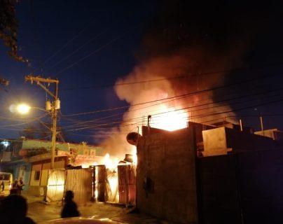 El incendio se registró en la zona 10 de Mixco cuando un cilindro de as explotó. (Foto Prensa Libre: @mynorespinoza)