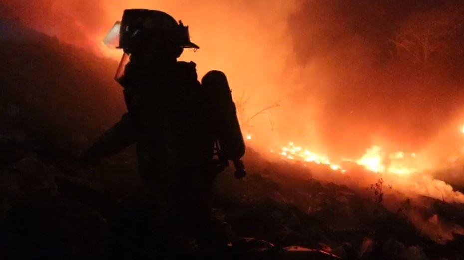 Incendio en Tierra Nueva 2 amenaza viviendas cercanas