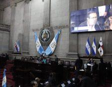 Diputados observan un video presentado por la comisión legislativa que escuchó testimonios contra las acciones de la Cicig. (Foto Prensa Libre: Noé Medina)