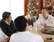 Alejandro Giammattei, presidente electo de Guatemala, conversa con Juan Orlando Hernández, gobernante de Honduras. (Foto Prensa Libre: Casa Presidencial Honduras)