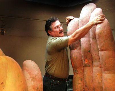 Luis Carlos, artista creador de las manos que representan el Monumento a la paz.  (Foto Prensa Libre: FB Luis Carlos)