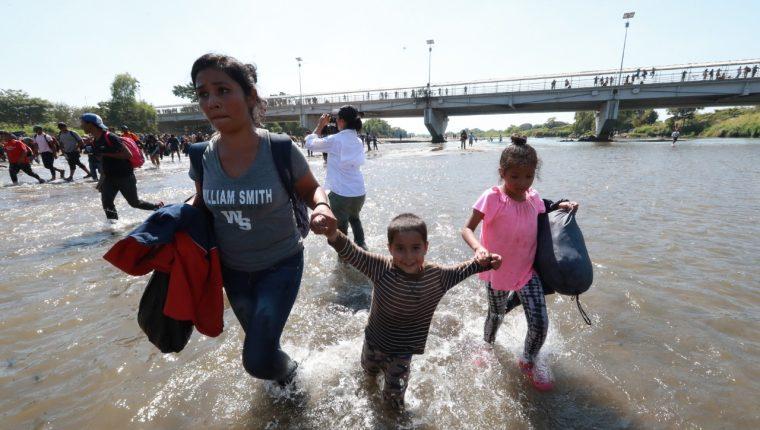 Una madre y sus hijos cruzan el río Suchiate. (Foto Prensa Libre: Mynor Toc).