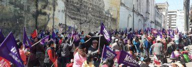 Unas cien mujeres se apostan frente a la Oficina Nacional de Servicio Civil desde hace tres días. (Foto Prensa Libre: Andrea Domínguez)