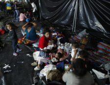 Migrantes hondureñas y sus hijos descansan en el suelo en la Casa del Migrante, zona 1. (Foto Prensa Libre: Esbin García).