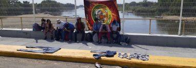 Migrantes hondureños en el puente Rodolfo Robles en la frontera entre Guatemala y México. (Foto Prensa Libre: Alexander Coyoy)