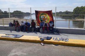Migrantes hondureños esperan a más personas para entrar masivamente en México