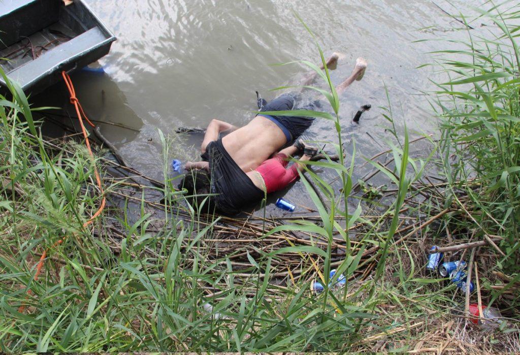 Los cuerpos sin vida de un migrante y su bebé a una orilla del Río Bravo en la frontera con EE.UU, en el estado de Tamaulipas, México