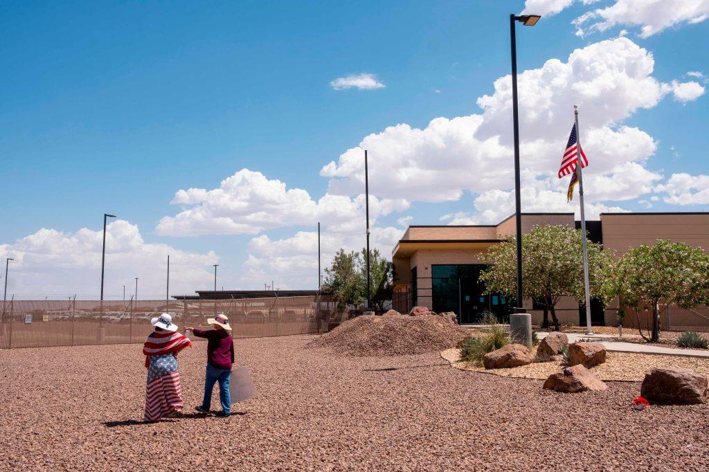Dos mujeres frente a la Estación de la Patrulla Fronteriza en Texas