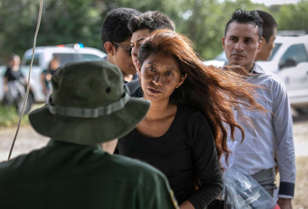 Agentes de la Patrulla Fronteriza de los EE.UU., entrevistan a migrantes, entre ellos guatemaltecos