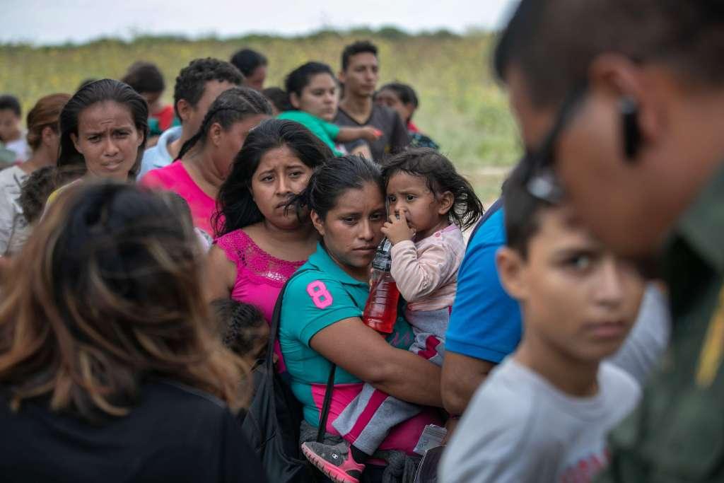 Centroamericanos frustrados se entregan a las autoridades fronterizas luego de intentar llegar a Estados Unidos