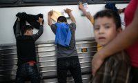 La Patrulla Fronteriza realiza constantes registros a los migrantes detenidos en suelo norteamericano