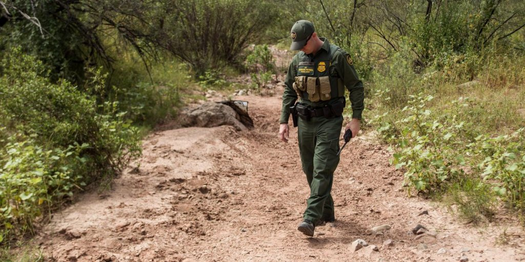 Un agente de la Patrulla Fronteriza vigila un área semidesértica del desierto de Arizona