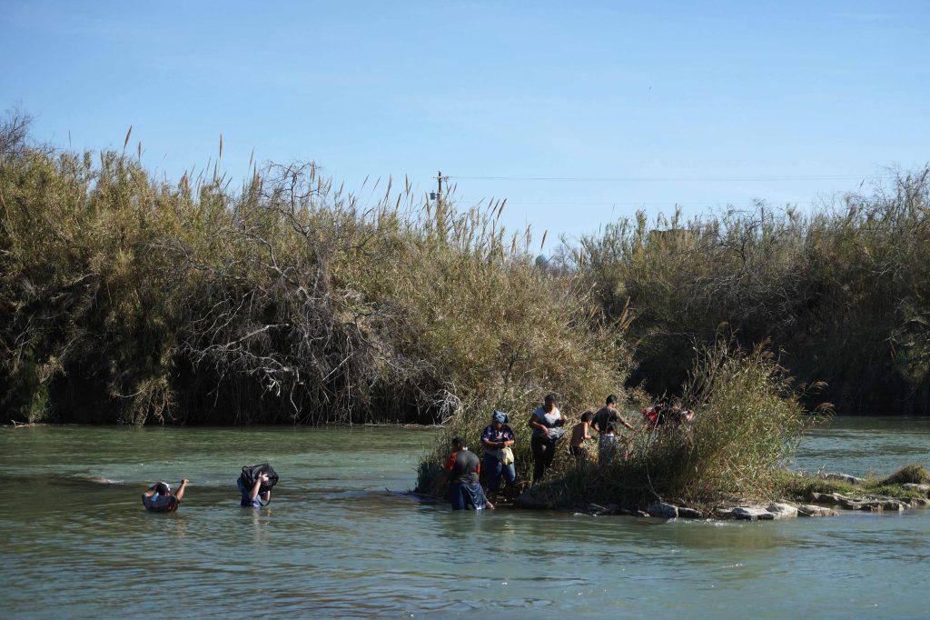 Migrantes centroamericanos intentan cruzar el Río Bravo, desde Piedras Negras, en el estado de Coahuila, México hasta la ciudad de Eagle Pass, en Texas, EE. UU.