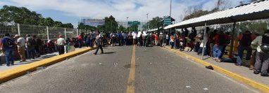 Migrantes centroamericacos en su mayoría hondureños intentan pasar a México.(Foto Prensa Libre: Carlos Paredes)