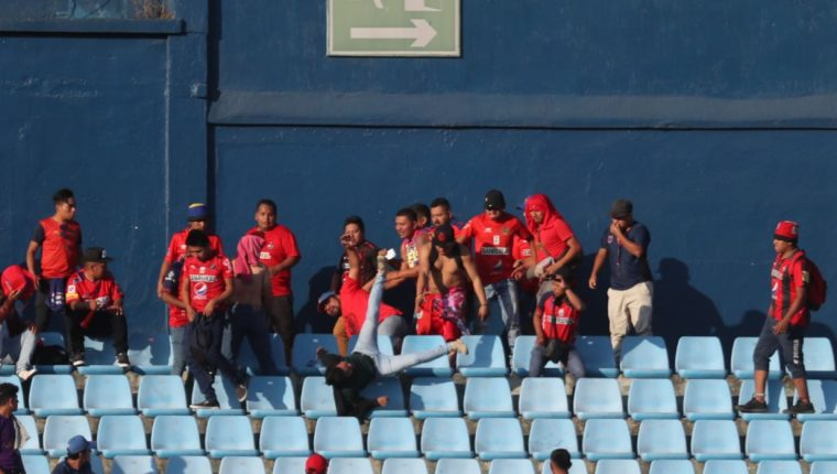 Un grupo de aficionados protagonizó una riña durante el clásico entre Municipal y Comunicaciones. (Foto Prensa Libre: Oscar Rivas)