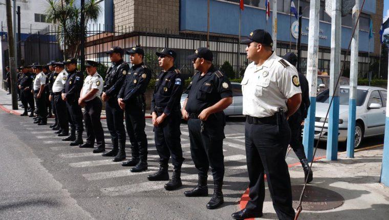 Agentes de la PNC resguardan el edificio del Parlacén. (Foto Prensa Libre: Fernando Cabrera).