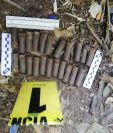 Las municiones fueron encontradas junto a gorras de la PNC en un barranco de Villa Nueva. (Foto Prensa Libre: Cortesía)