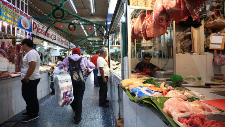 Esta carne blanca es la de mayor consumo en los hogares y podría tener un impacto en los bolsillos de los guatemaltecos. (Foto Prensa Libre: Carlos Hernández)