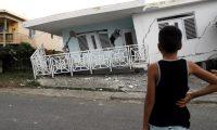 -FOTODELDÍA- AME9826. GUÁNICA (PUERTO RICO), 06/01/2020.- Un niño observa una casa dañada por el temblor de magnitud 5,8 que se reportó este lunes a las 06.32 hora local (10.32 GMT) en la costa de Guánica, municipio del suroeste de Puerto Rico. Cerca de 200.000 viviendas en Puerto Rico construidas sin los permisos requeridos están expuestas a las consecuencias de los terremotos que estos días sacuden a la isla caribeña, que este lunes sufrió un sismo de magnitud 5,8. EFE/ Thais Llorca