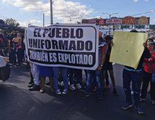 Los manifestantes reclaman un salario digno para los agentes. (Foto Prensa Libre: María René Gaytán)