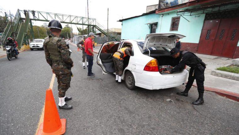 Agentes de la PNC y soldados durante el puesto de control por el estado de Prevención. (Foto Prensa Libre: María Reneé Gaytán)