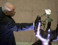 Ricardo Rosales Román cambió la Rosa de la Paz el 29 de diciembre de 2012. (Foto Prensa Libre: Hemeroteca PL)