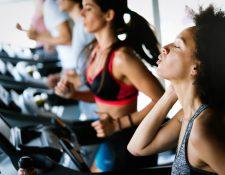 En un gimnasio tendrá acceso a máquinas y equipo que le ayude a cumplir su entrenamiento físico. (Foto Prensa Libre: Servicios).