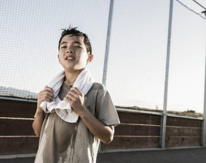 Cuando se acercan a la pubertad, los niños empiezan a sudar por cambios hormonales, cuando pueden comenzar a usar desodorantes adecuados para ellos. (Foto Prensa Libre, Shutterstock)