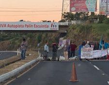 El paso permanece bloqueado por vecinos que piden un retorno en el lugar. (Foto Prensa Libre: Siva)