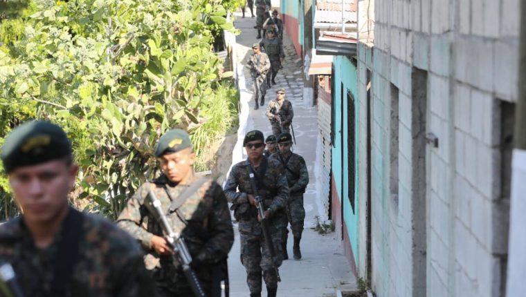 El despliegue militar se mantuvo en varias colonias de Villa Nueva. (Foto Prensa Libre: Esbin García)